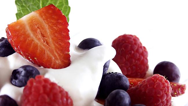 Фрукты и йогурт